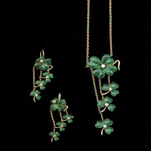 Edwardian 15ct gold and green enamel clover pendant and earrings, the centres set with diamonds. Original fitted case