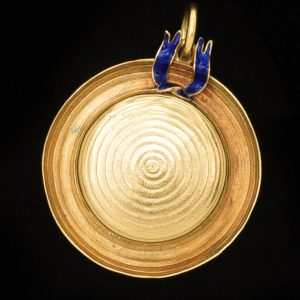 Unusual 18ct gold pendant/locket in the form of a 'boater'. The blue enamel hatband with the word 'Victory'. English c.1918