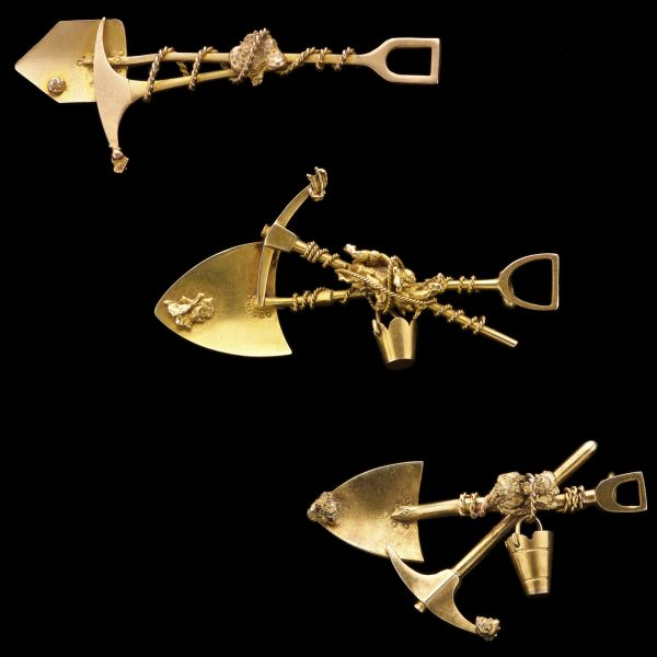 Australian 18ct gold gold mining brooch with crossed pick and shovel, rope, nuggets and a bucket
