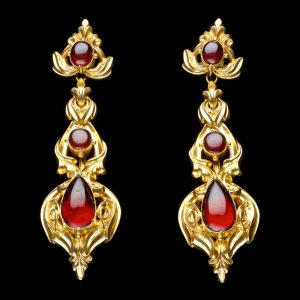 Victorian gold ear pendants set with cabochon garnets H. 7cm English c. 1870