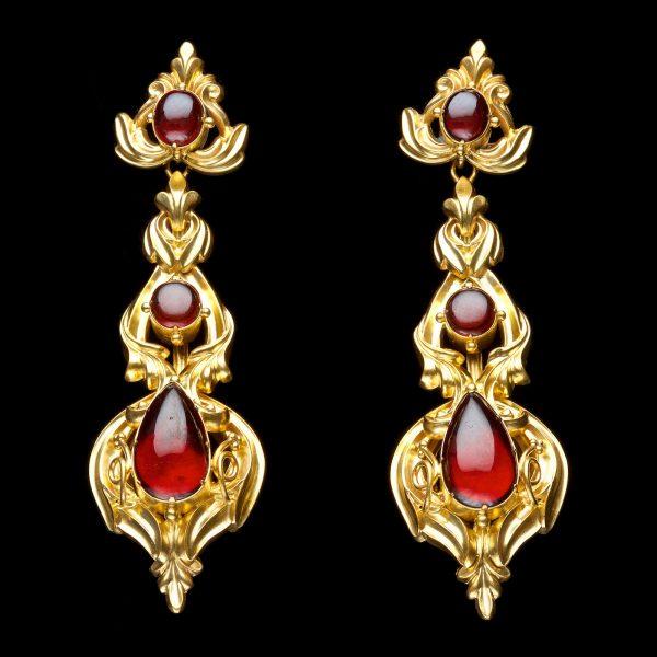 Victorian gold ear pendants set with cabochon garnets H. 7cm English c. 1870